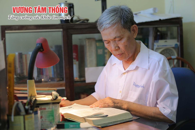 Bác Lợi vẫn thường xuyên ngâm cứu bài thuốc hay để trị bệnh tim cho mình